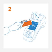 2. Schritt: Kunde hält kontaktlose girocard Maestro ans Kartenlesegerät